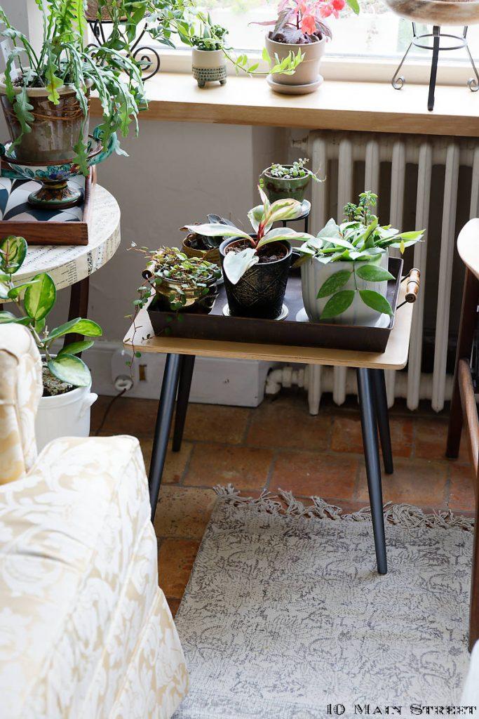 Petite table vintage convertie en support à plantes