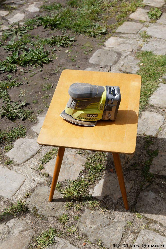 ponçage du plateau de la petite table vintage