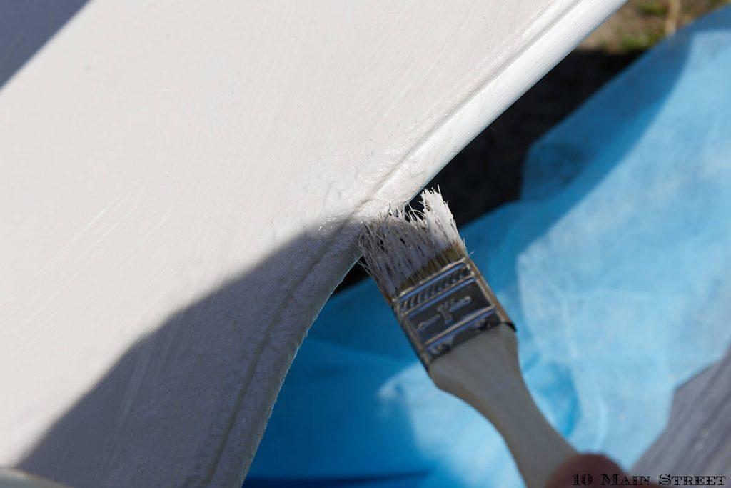 Peinture au bicarbonate tapotée sur le meuble
