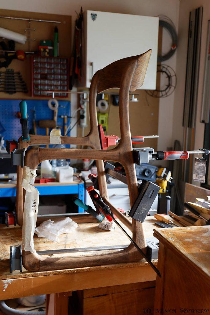 Chaise traîneau recollée, mise sous presse