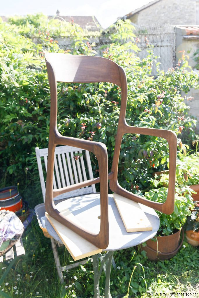 Chaise traîneau reteintée