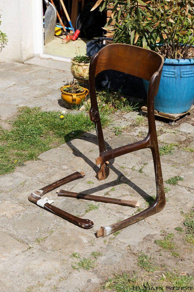 Chaise démontée et décoller