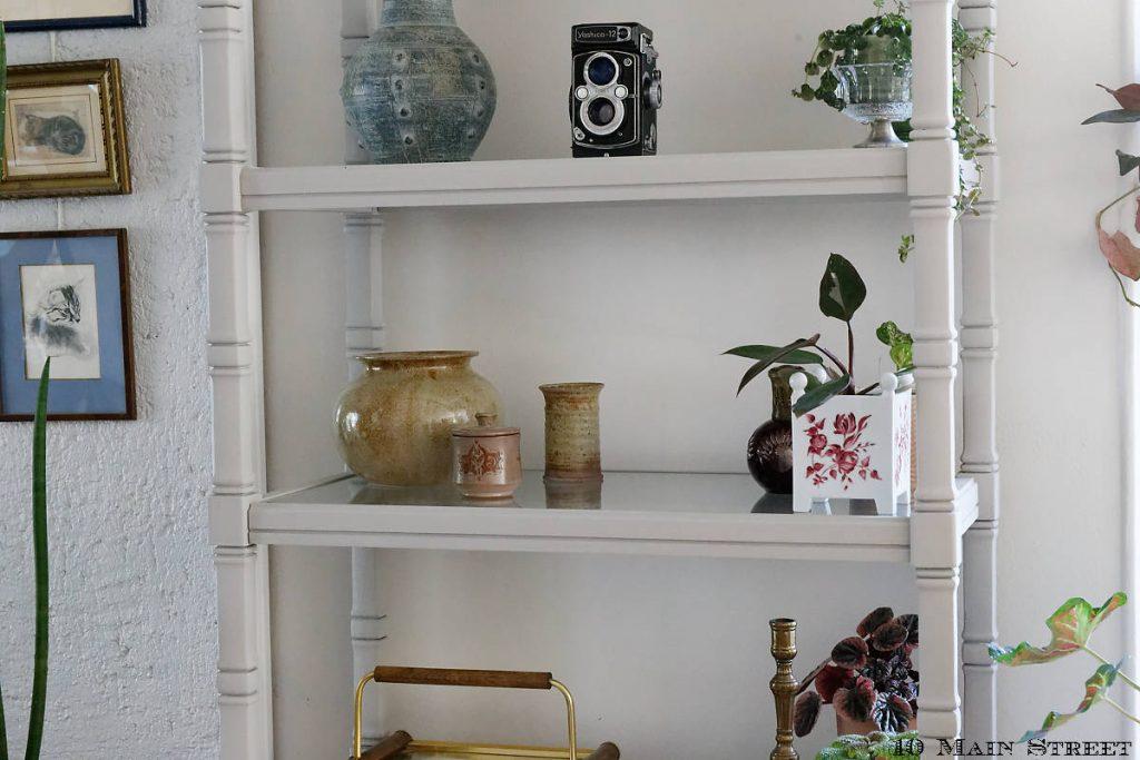Plantes et trésors chinés sur l'étagère