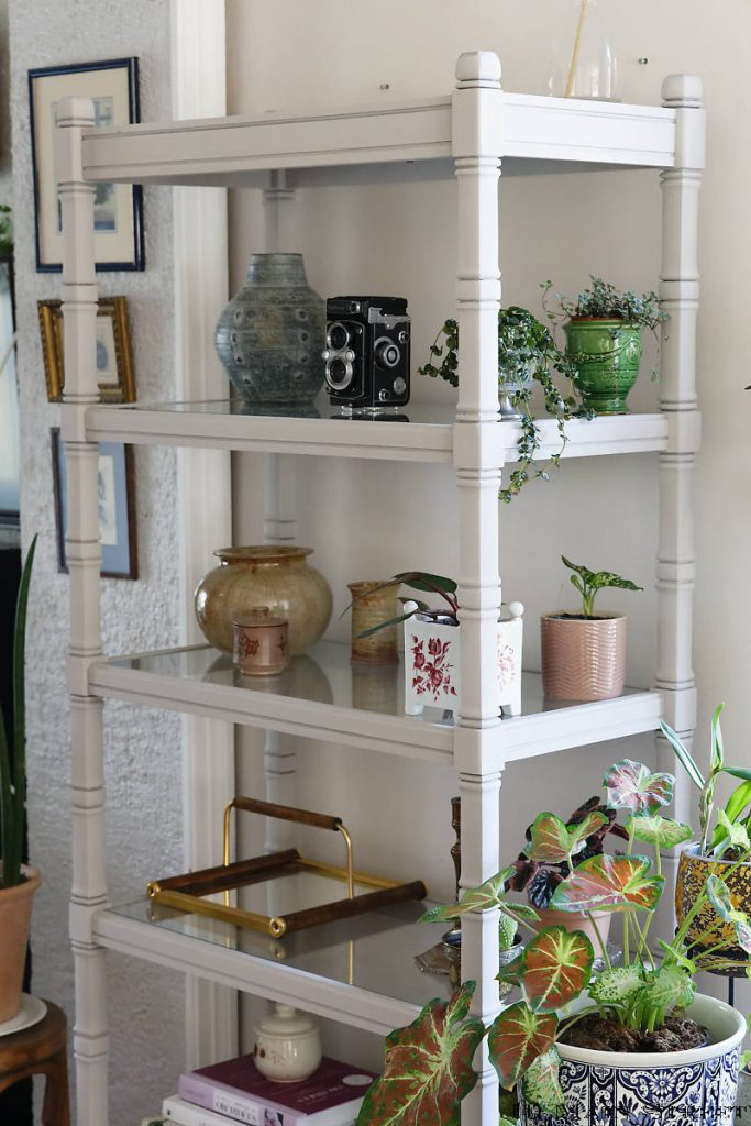Etagère décorée de trésors chinés et de plantes