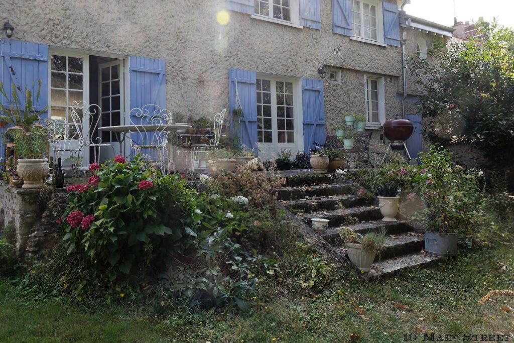 La terrasse à l'arrière de la maison