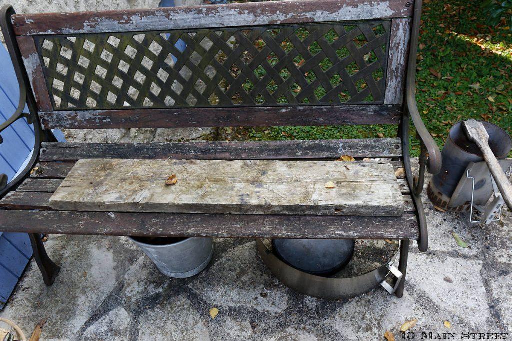 Vieille planche abandonnée sur le banc